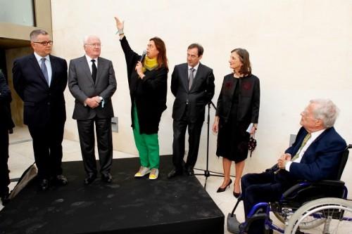 Maja Hoffmann avec derrière elle le maire PC d'Arles