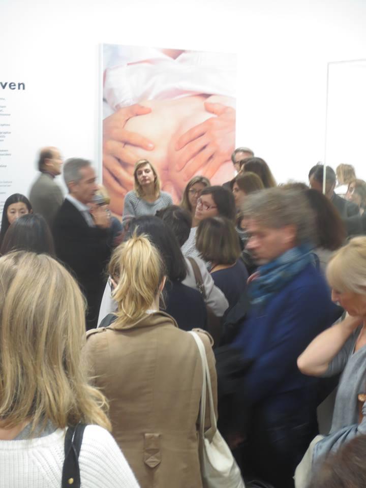 Mr Blistène expliquant la pénétration anale de Koons dans la Cicciolina à un groupe de jeune critiques d'art membre de l'AICA