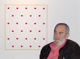 Toroni regardant de biais l'un de ses récents travaux