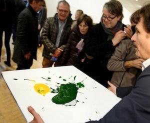 Thierry Raspail présentant , dans le cadre de l'expo Yoko Ono, l'œuvre d'un pätissier du coin